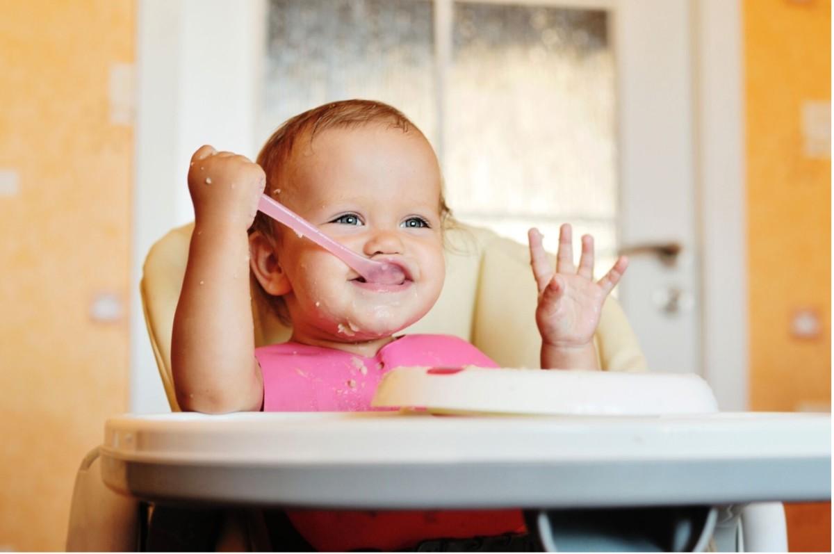 متى أعطي طفلي الطعام للمرة الأولى ؟