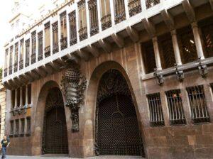Palau Guell 300x224 - أهم  5 مواقع سياحية في برشلونة