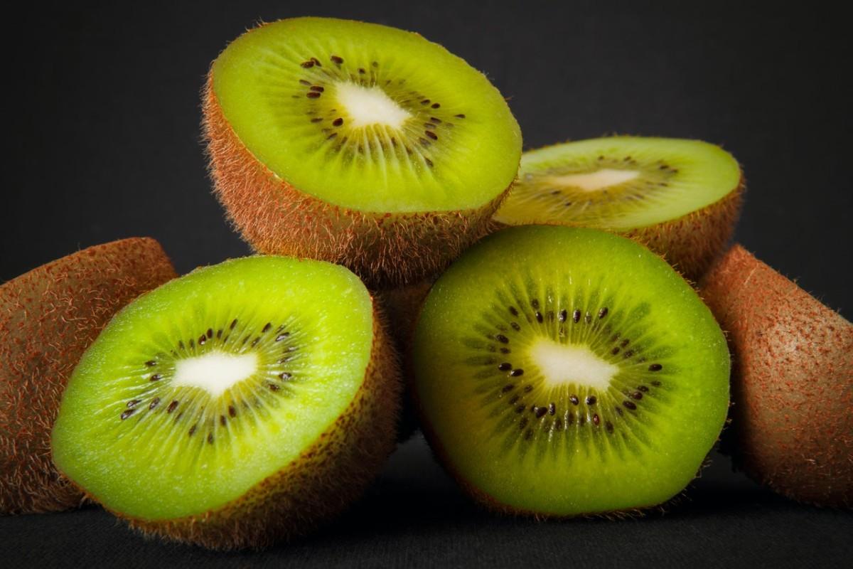 فوائد الكيوي الصحية.. فاكهة صغيرة تقوي المناعة وتحافظ على العين